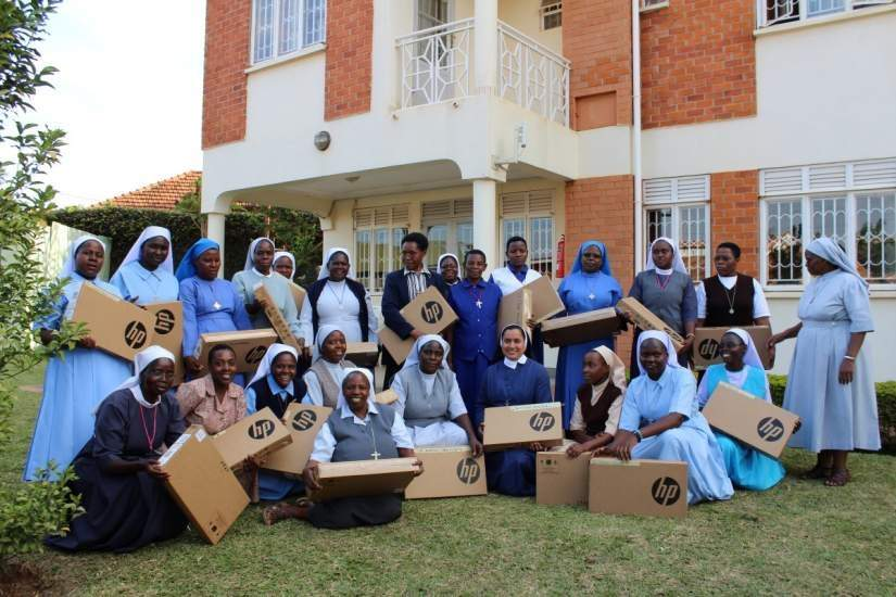 Participants of the SLDI Administration II Workshop in Uganda pose for a group photo after receiving their laptops.